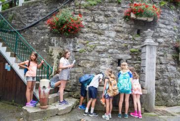 children-at-fountain